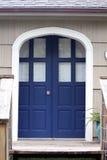 Голубые передние двойные двери входа рядом с siding встряхивания стоковые фотографии rf
