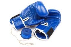 Голубые перчатки и повязки бокса на белой предпосылке Стоковая Фотография