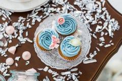 Голубые пирожные на деревянном столе Стоковое фото RF