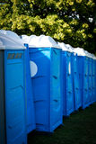 Рядок портативных туалетов стоковое изображение rf