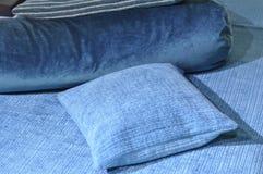 Голубые подушки на кровати Стоковое Изображение RF