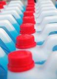 Голубые прозрачные бутылки жидкости стирки блюда Стоковые Изображения RF