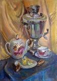 голубые пуки цветут вися пинк масла жизни все еще ставят вазу на обсуждение Стоковые Фотографии RF