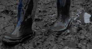 Голубые резиновые ботинки в грязи после дождя Конец-вверх Стоковые Фотографии RF