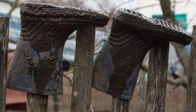 Голубые резиновые ботинки в грязи после дождя Конец-вверх Стоковая Фотография RF