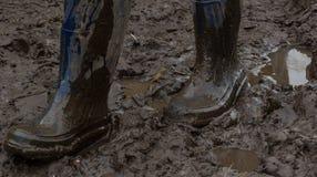 Голубые резиновые ботинки предусматриванные в грязи Походка на грязи Стоковая Фотография RF
