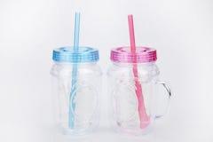 Голубые & розовые пластичные tumblers Стоковая Фотография