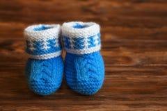Голубые ручной работы добычи младенца вязания крючком на деревянной предпосылке, copyspace Стоковое Изображение RF