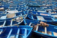Голубые рыбацкие лодки выровнянные в Essaouira Стоковое Изображение RF