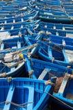 Голубые рыбацкие лодки выровнянные в Essaouira Стоковые Фото