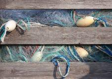 Голубые рыболовные сети индустрии в старом деревянном ящике для хранения Стоковое Изображение