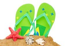 Голубые сандалии и морские звёзды в песке Стоковая Фотография RF