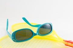 Голубые солнечные очки детей на желтых ракетках Стоковое фото RF