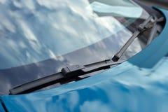 Голубые счищатели автомобиля стоковое изображение