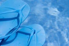 Голубые темповые сальто сальто на бассейне стоковая фотография rf
