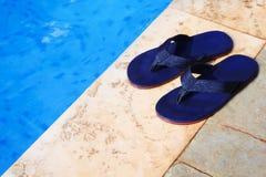 Голубые темповые сальто сальто на крае плавательного бассеина Стоковое Изображение