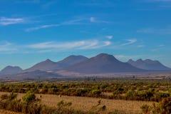 Голубые холмы с белым облаком стоковые фотографии rf