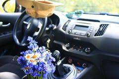 Голубые цветки в автомобиле стоковое изображение rf