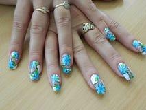 Голубые цветки на ногтях Стоковые Изображения RF