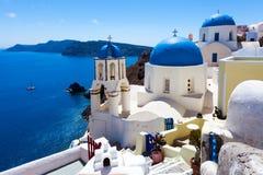 Голубые церков Oia Santorini купола Стоковое Изображение RF