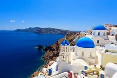 Голубые церков Oia Santorini купола Стоковые Фотографии RF