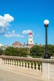 голубые часы harvard john charles кампуса моста boston над неделями w университета валов башни неба реки Недели наводят с башней  Стоковые Изображения