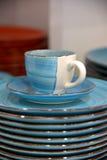Голубые чашка и поддонник с плитами Стоковая Фотография