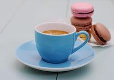 Голубые чашка эспрессо и стог печенья macarons Стоковая Фотография