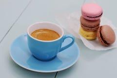 Голубые чашка эспрессо и стог печенья macarons Стоковое Изображение RF