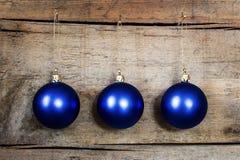 Голубые шарики рождества на деревянной предпосылке Стоковые Фото