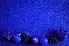 Голубые шарик рождества и предпосылка яркого блеска украшения подарка Стоковое Изображение