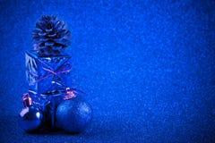 Голубые шарик рождества и предпосылка яркого блеска украшения подарка Стоковые Фотографии RF