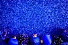 Голубые шарик рождества и предпосылка яркого блеска украшения подарка Стоковые Изображения RF