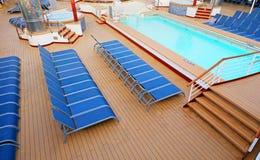 Голубые шезлонги аккуратно помещенные на палубе корабля Стоковая Фотография RF