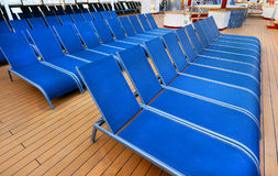 Голубые шезлонги аккуратно помещенные на палубе корабля Стоковое Изображение RF