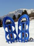 Голубые snowshoes в горе Стоковая Фотография