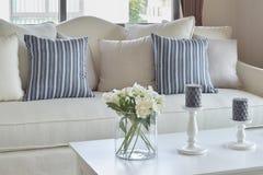Голубые striped подушки на вскользь софе и декоративном цветке в g Стоковое фото RF