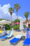 Голубые sunbeds на пейзаже пляжа Medterranean Стоковое Изображение