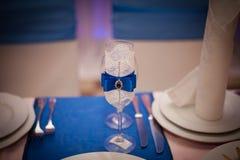 Голубые wedding стекла с стразами на таблице Стоковые Изображения RF