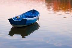 голубым вода валов зеленого цвета шлюпки отраженная озером Стоковое Изображение RF