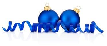 2 голубых безделушки рождества и завивая бумага изолированные на белизне Стоковая Фотография