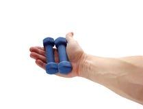 2 голубых гантели дальше укомплектовывают личным составом ладонь Стоковые Фотографии RF