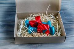 2 голубых гантели в присутствующей коробке Стоковые Изображения RF