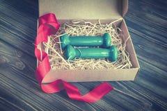 2 голубых гантели в присутствующей коробке Стоковые Изображения