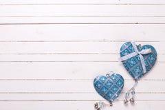 2 голубых декоративных сердца на белой деревянной предпосылке Стоковая Фотография RF