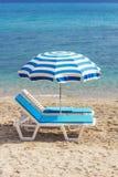 2 голубых кресла для отдыха на пляже в Hanioti, Греции Стоковое фото RF
