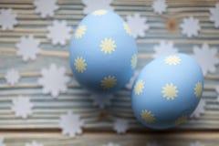 2 голубых пасхального яйца на деревянном столе Стоковые Изображения RF