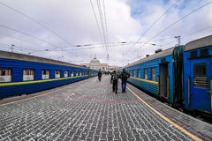 2 голубых поезда на платформе вокзала в зиме Стоковая Фотография RF