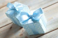 2 голубых подарочной коробки на древесине Стоковая Фотография