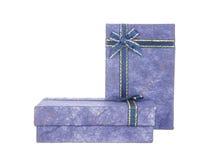 2 голубых подарочной коробки при лента и смычок изолированные на белизне Стоковое фото RF